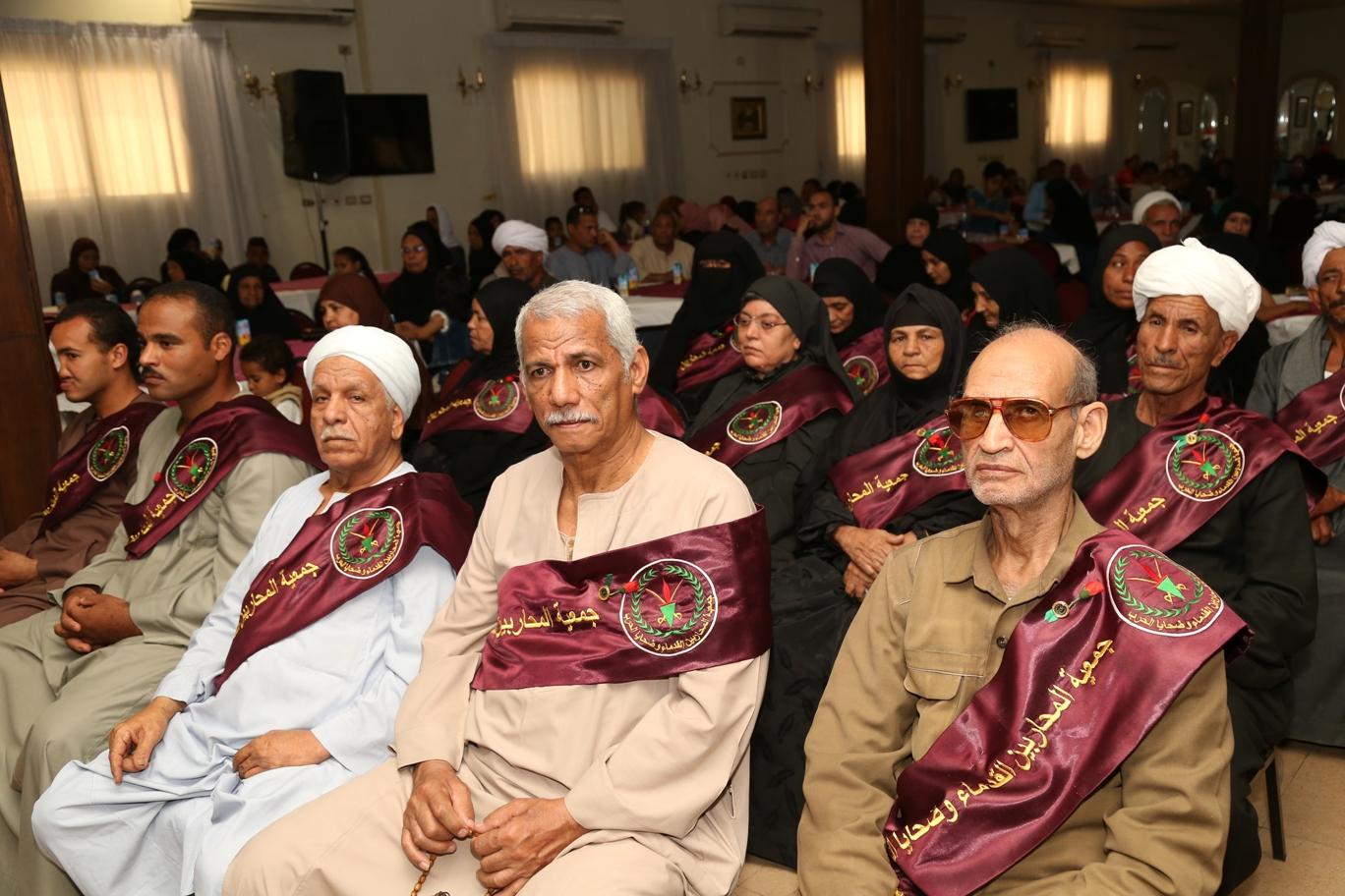 محافظ قنا ومدير جمعية المحاربين خلال حفل التكريم (18)