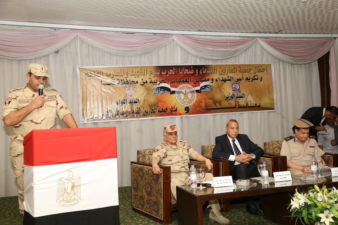 محافظ قنا ومدير جمعية المحاربين خلال حفل التكريم (16)