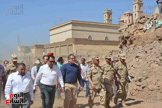 جولة كامل الوزير داخل الطريق برفقة وزير الآثار والمحافظ