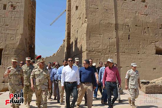 العنانى وكامل الوزير يزوران طريق الكباش للمرة الثانية خلال أبريل لمتابعة استكماله قريبًا