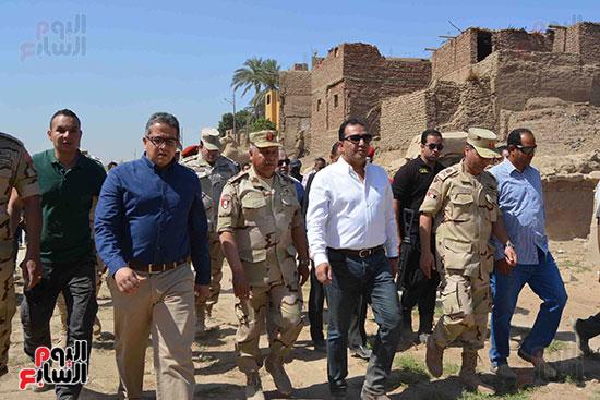 قيادات الجيش والآثار والمحافظة داخل طريق الكباش الفرعونى