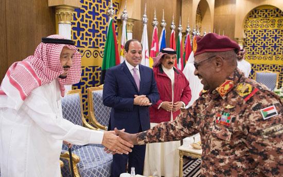 الملك سلمان والرئيس السيسى يصافحان القادة قبل انطلاق تدريب درع الخليج
