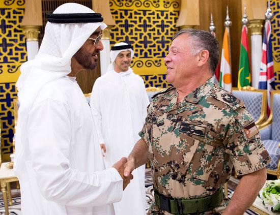 وزير الخارجية الإماراتى يصافح العاهل الأردنى