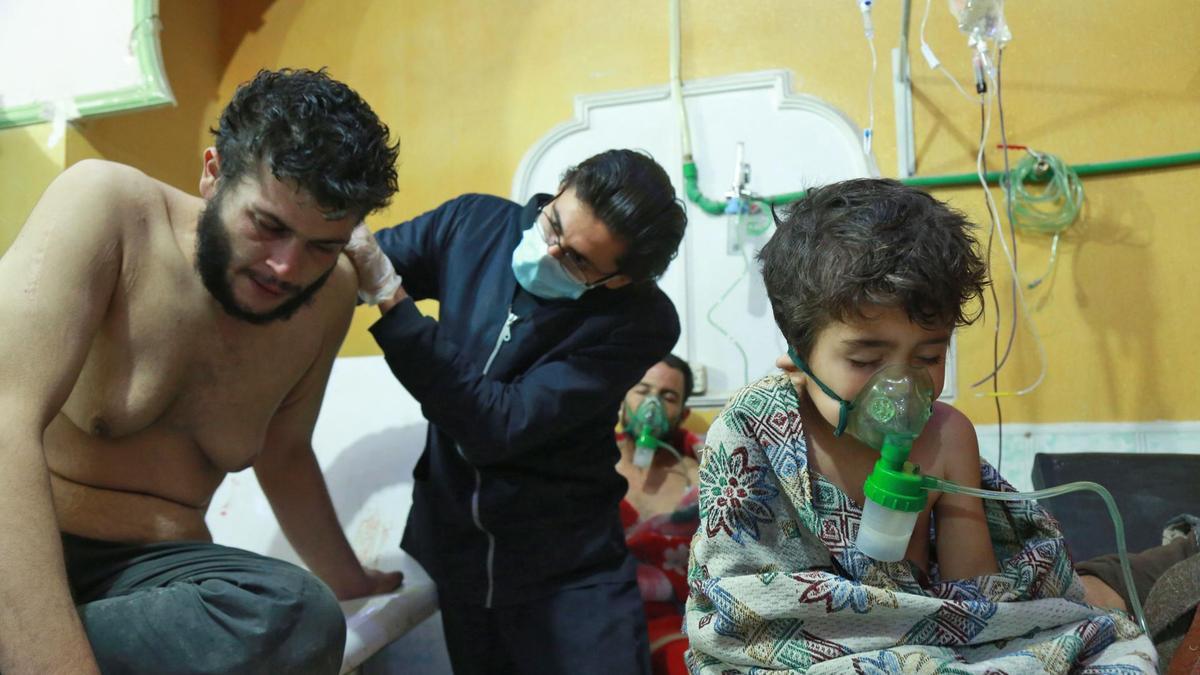 اشخاص سوريين يتلقون العلاج مما قيل انه هجوم بالكيماوى