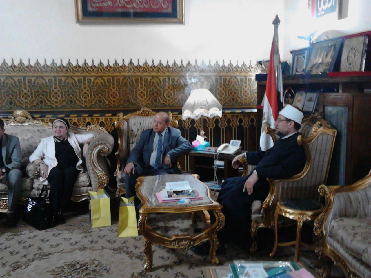 وزير الأوقاف مع باحث ماجستير الدكتوراه (1)