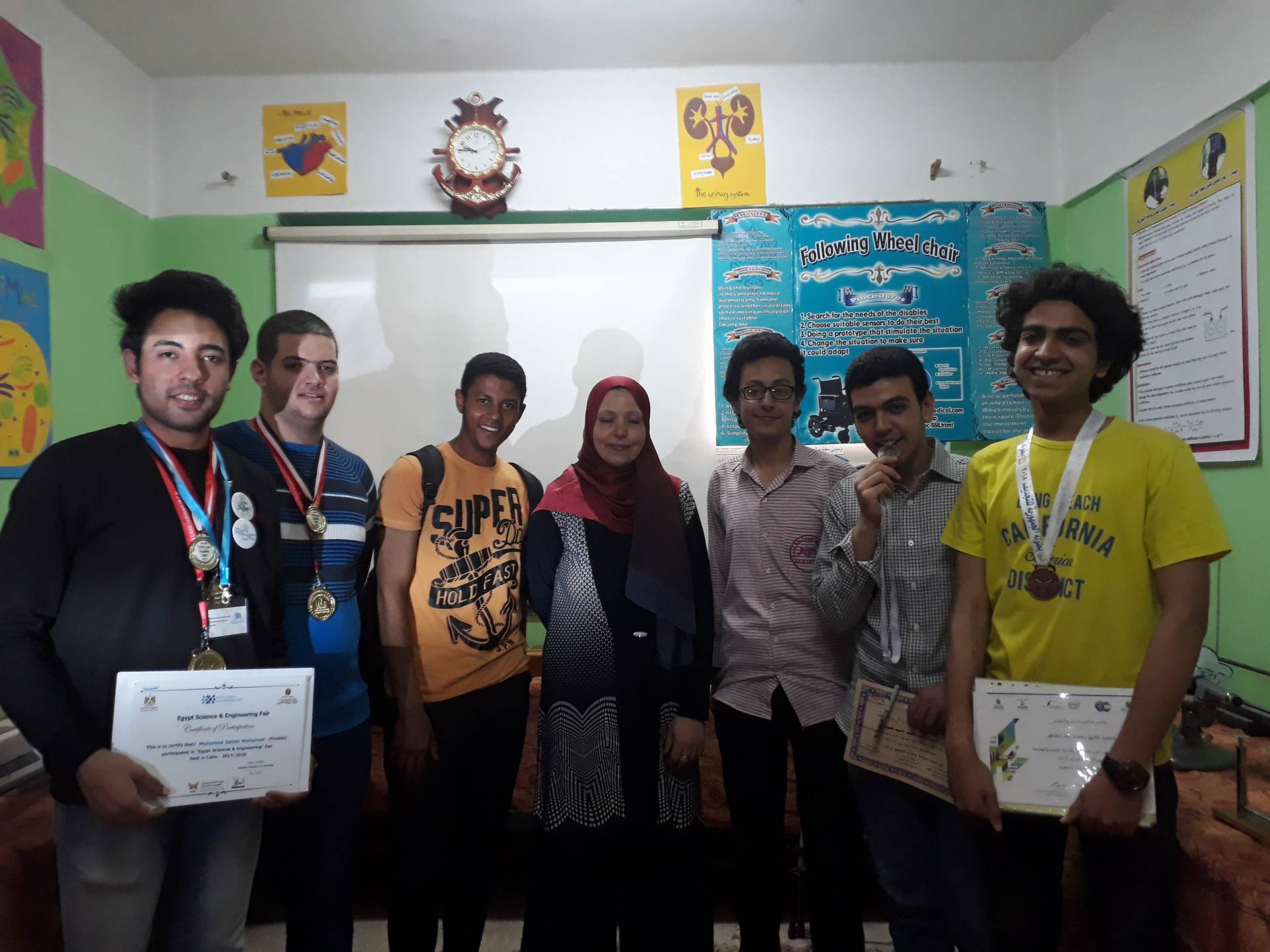 الطلاب مع الاستاذة فاطمة