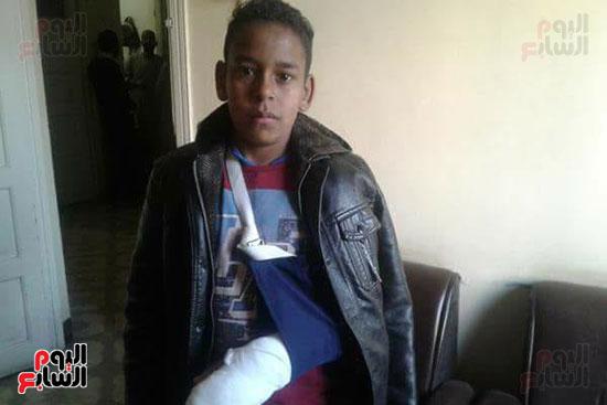 طالب كسرت ذراعه على يد مدرس وتمت معاقبته بالوقف عن العمل
