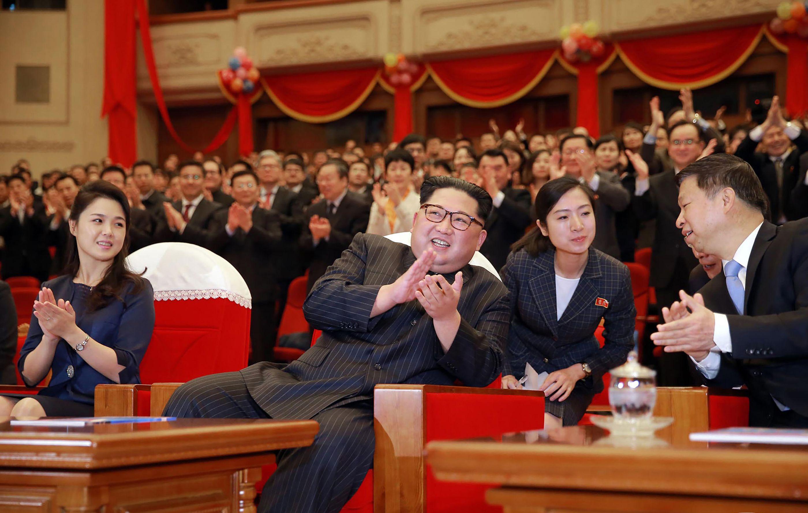 زعيم كوريا الشمالية مع أحد المسئولين الصينيين