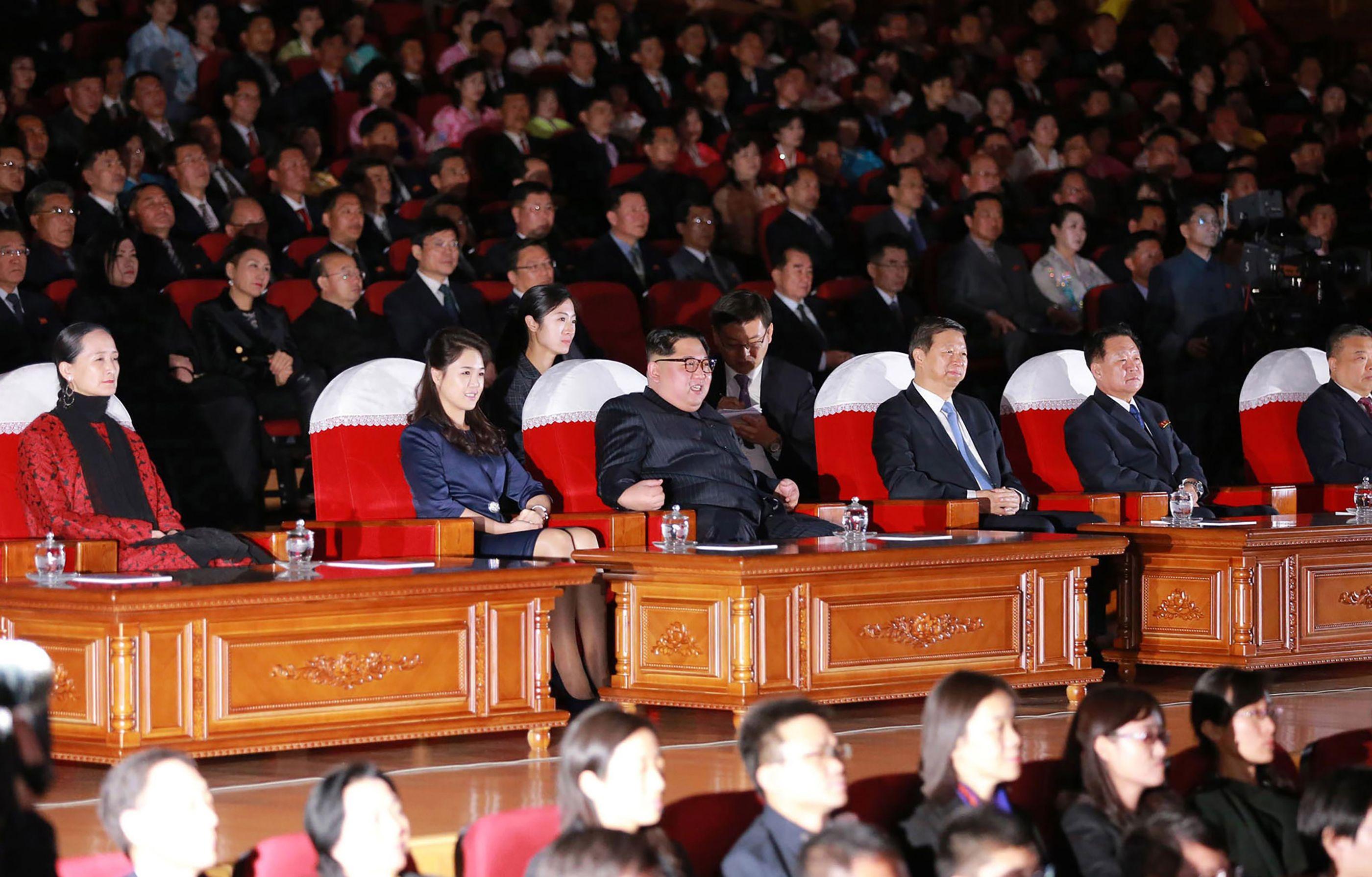 زعيم كوريا الشمالية مع الوفد الصينى