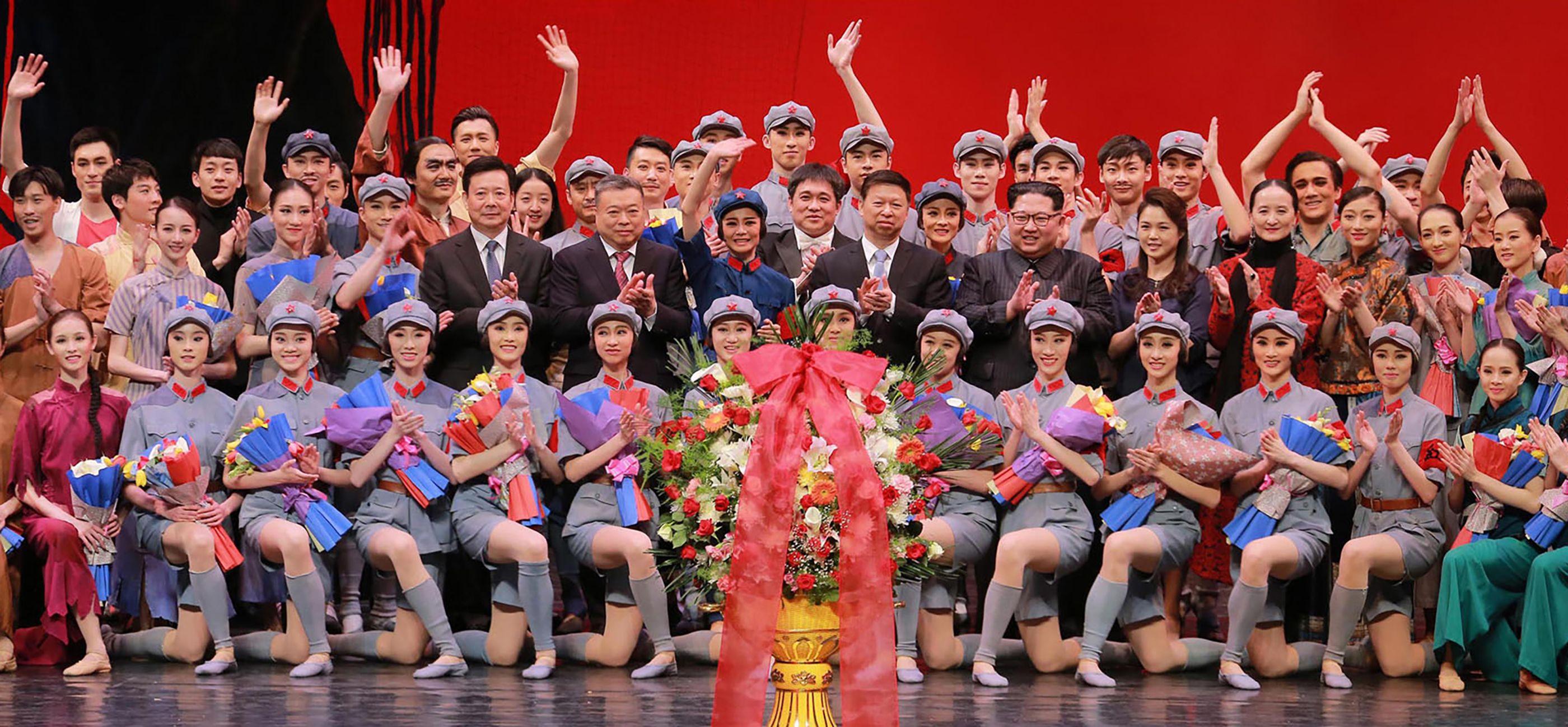 زعيم كوريا الشمالية وزوجته يحضران حفلا استعراضيا لفرقة صينية