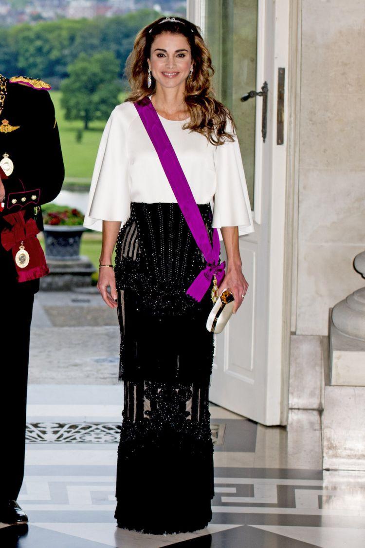 ترتدي الملكة رانيا تنورة منمّعة باللون الأسود من لدى Balmain ترحب بالملكة ماتيلد