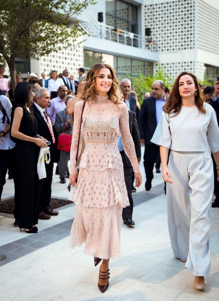 الملكة رانيا ترتدي ثوب فالنتينو إلى افتتاح أسبوع التصميم في عمان