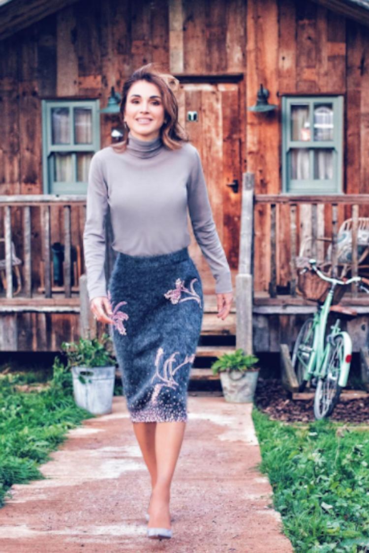الملكة رانيا ترتدي تنورة برادا خلال زيارة أخيرة إلى المملكة المتحدة.