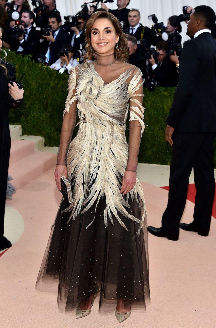 الملكة رانيا فالنتينو هوت كوتور ترتدي على السجادة الحمراء 2016 Met Gala  .