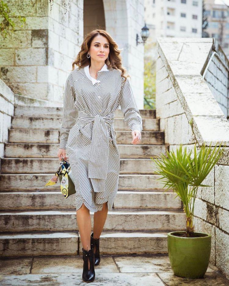 الملكة رانيا ترتدي لويز لزيارة معهد التصميم في عمان