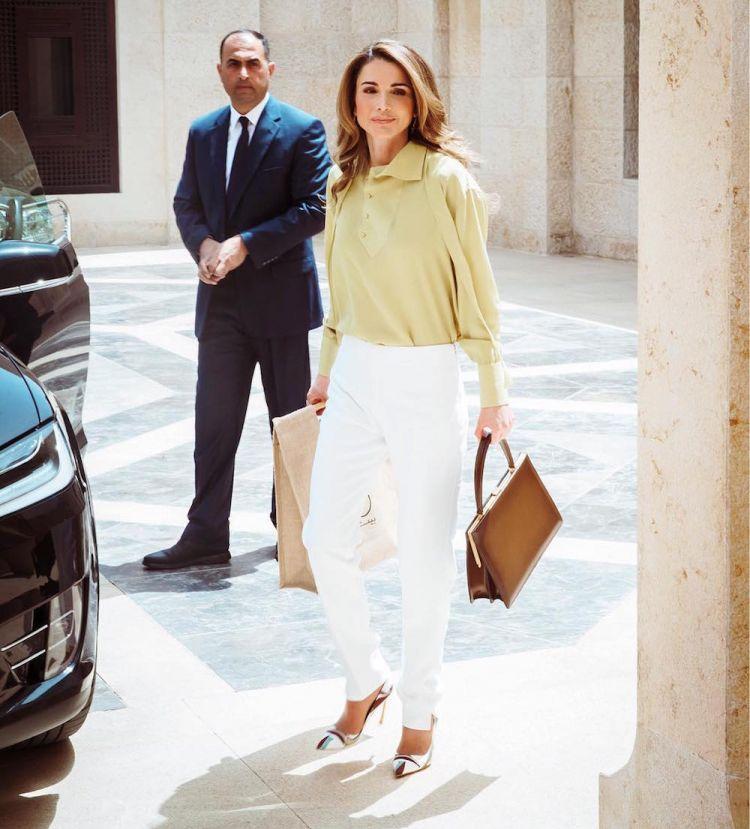 الملكة رانيا تحمل حقيبة سيلين أثناء حضور أسبوع عمان للتصميم