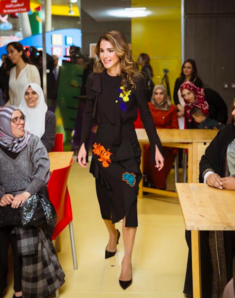 الملكة رانيا ترتدي فيرساتشي في مؤسسة الملكة رانيا للتعليم والتنمية في الأردن،