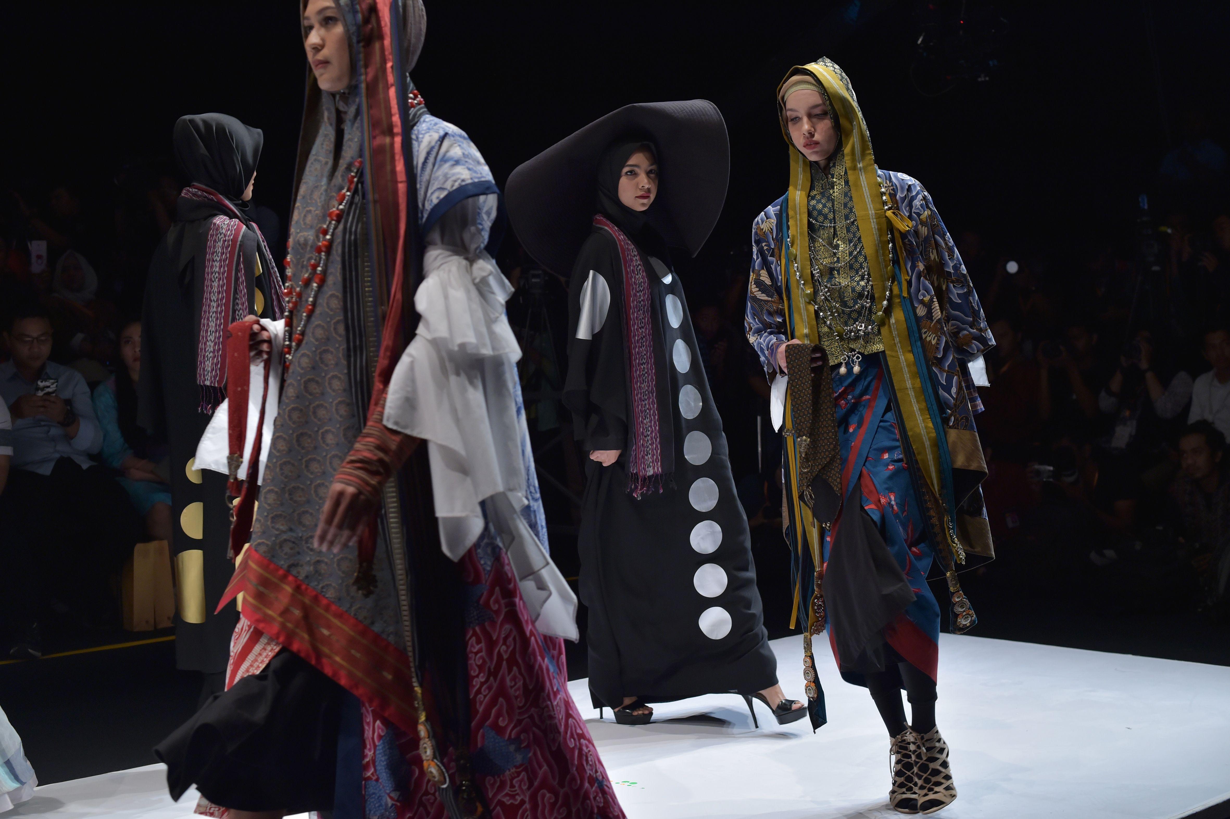 378eb0112 صور.. عباءات ولفات طرح مختلفة بمهرجان الأزياء الإسلامية بإندونيسية ...