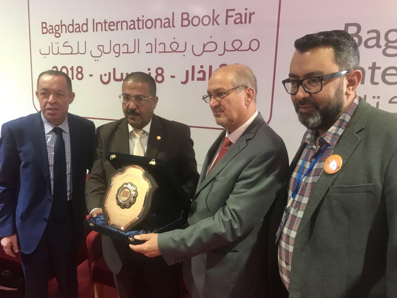 الناشرين المصريين يكرم مدير معرض بغداد (3)