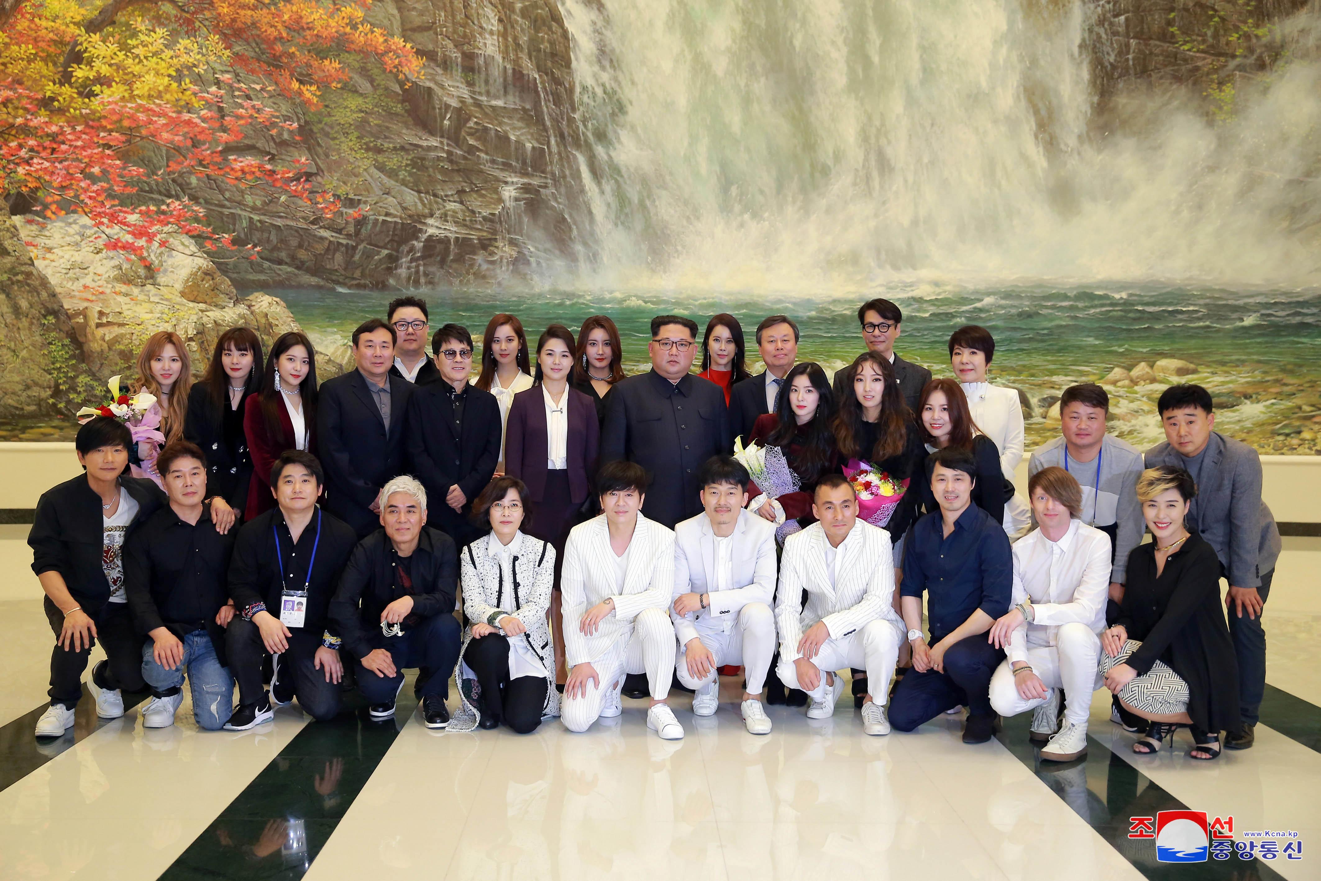 زعيم كوريا الشمالية وسط الفنانين