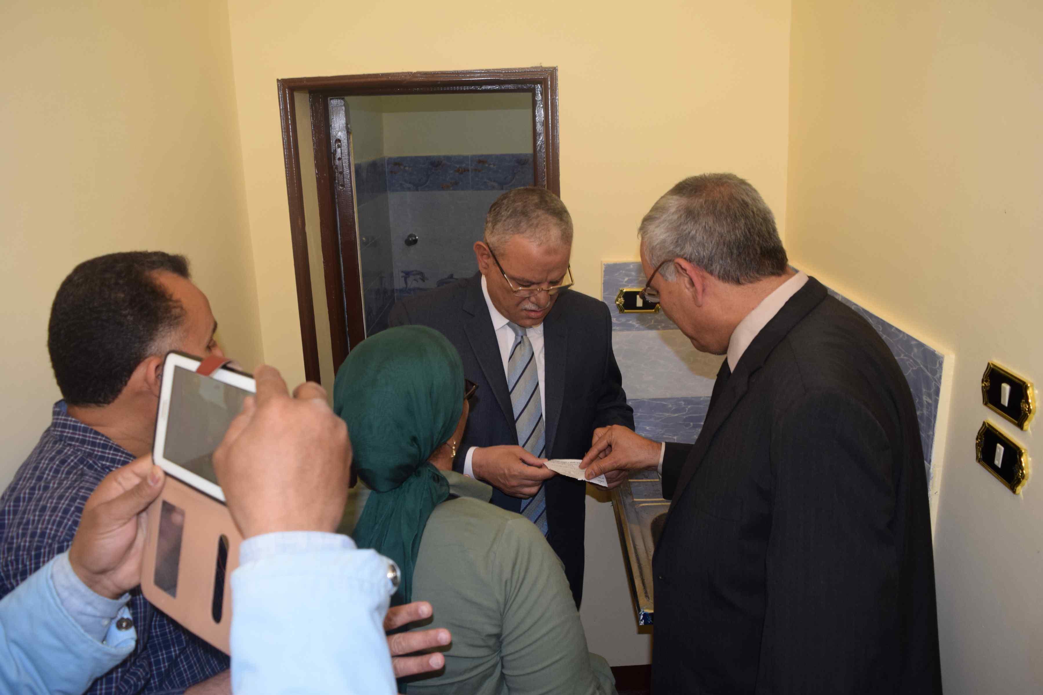 محافظ المنيا يسلم منازل للأولى بالرعاية (7)