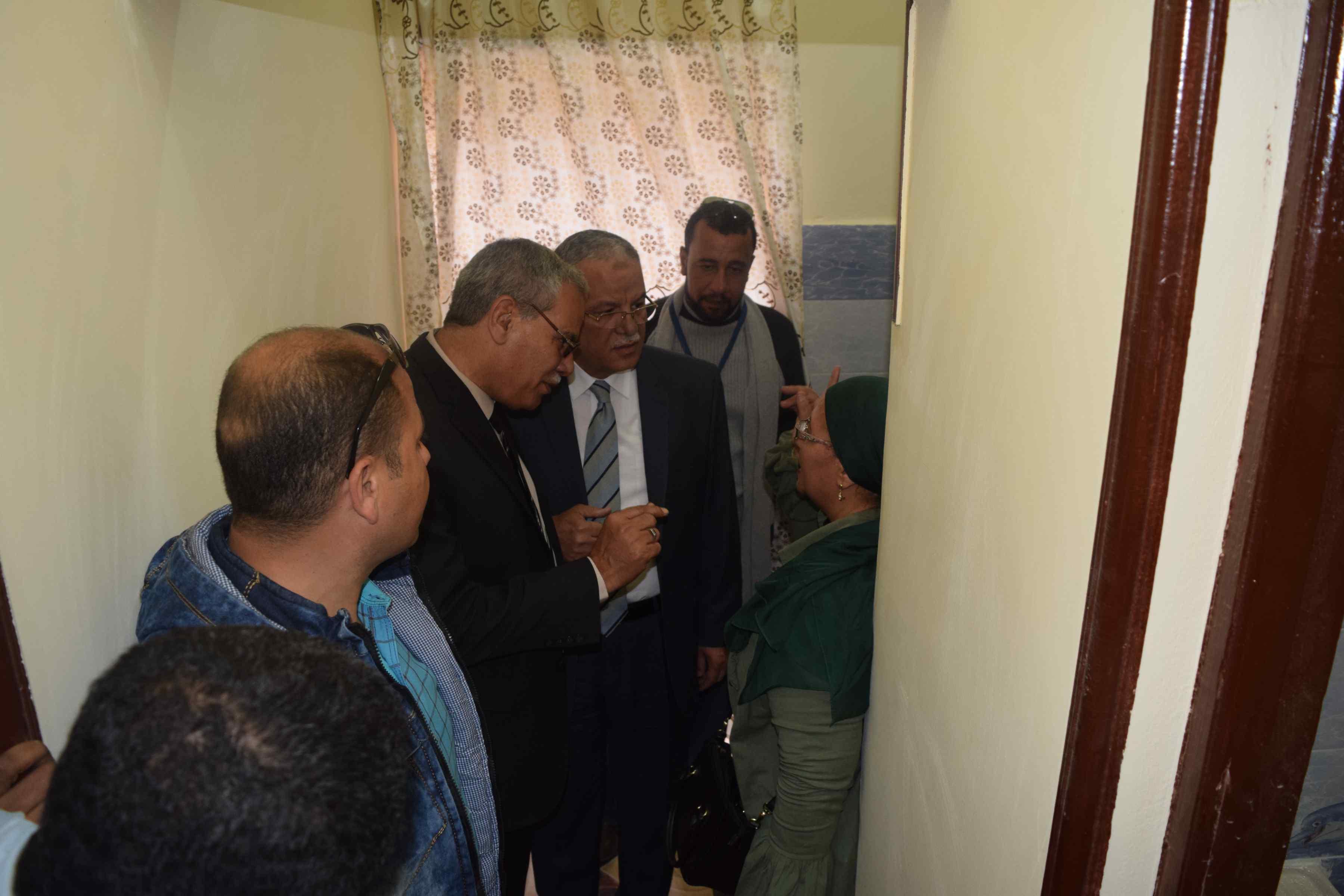 محافظ المنيا يسلم منازل للأولى بالرعاية (1)
