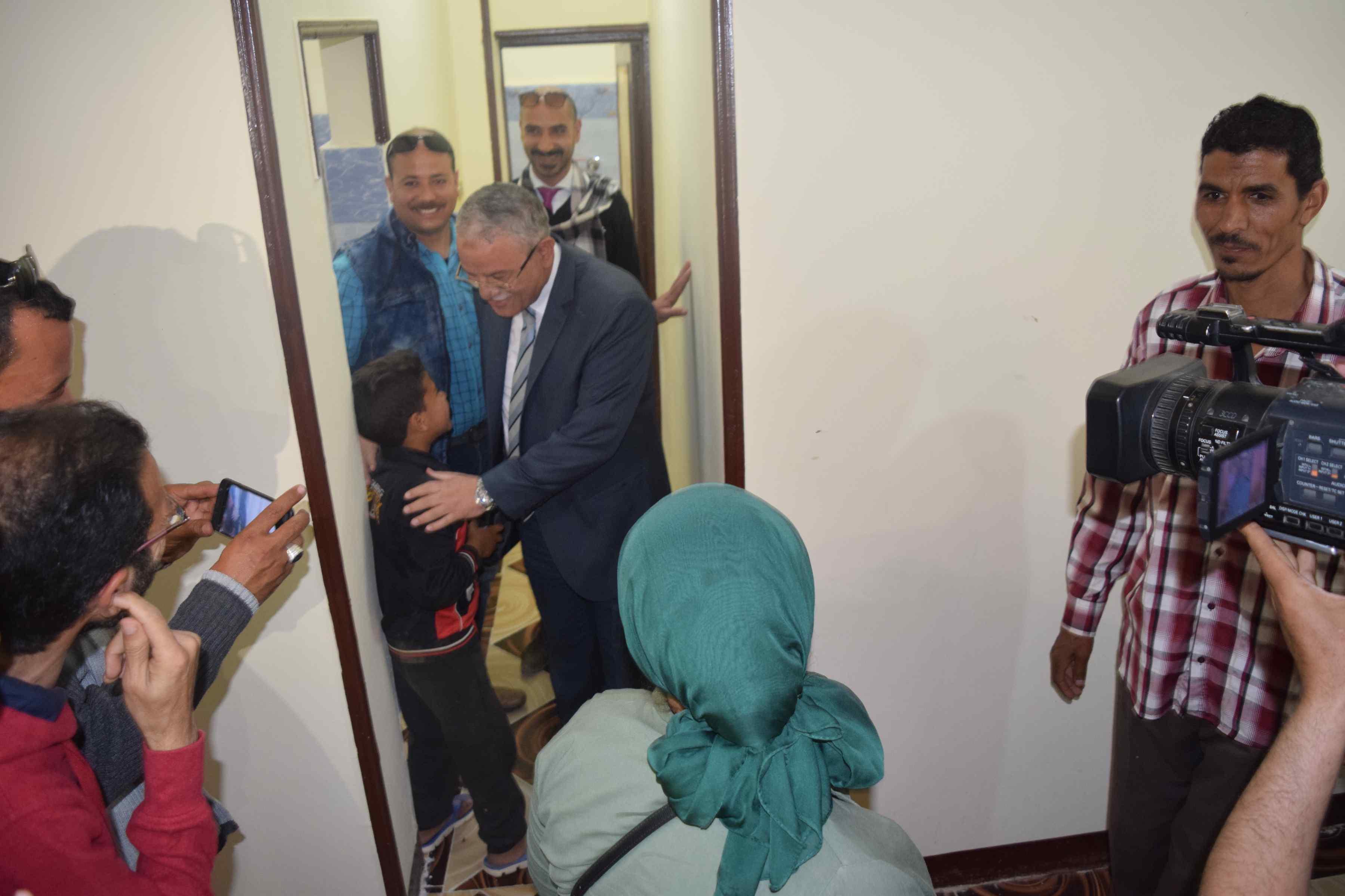 محافظ المنيا يسلم منازل للأولى بالرعاية (5)