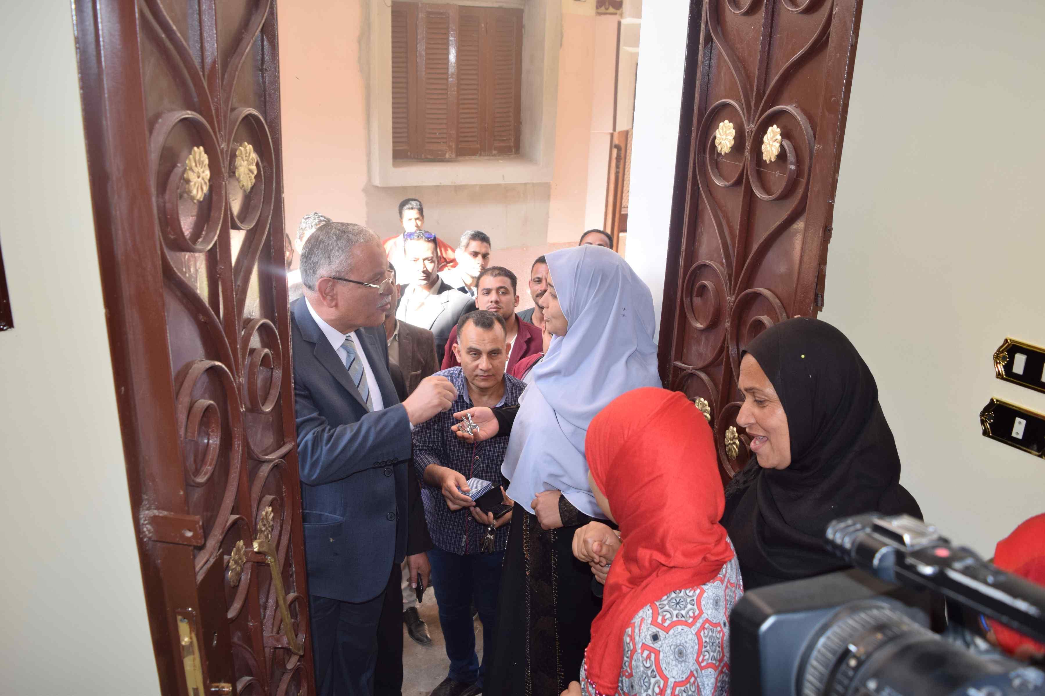 محافظ المنيا يسلم منازل للأولى بالرعاية (6)