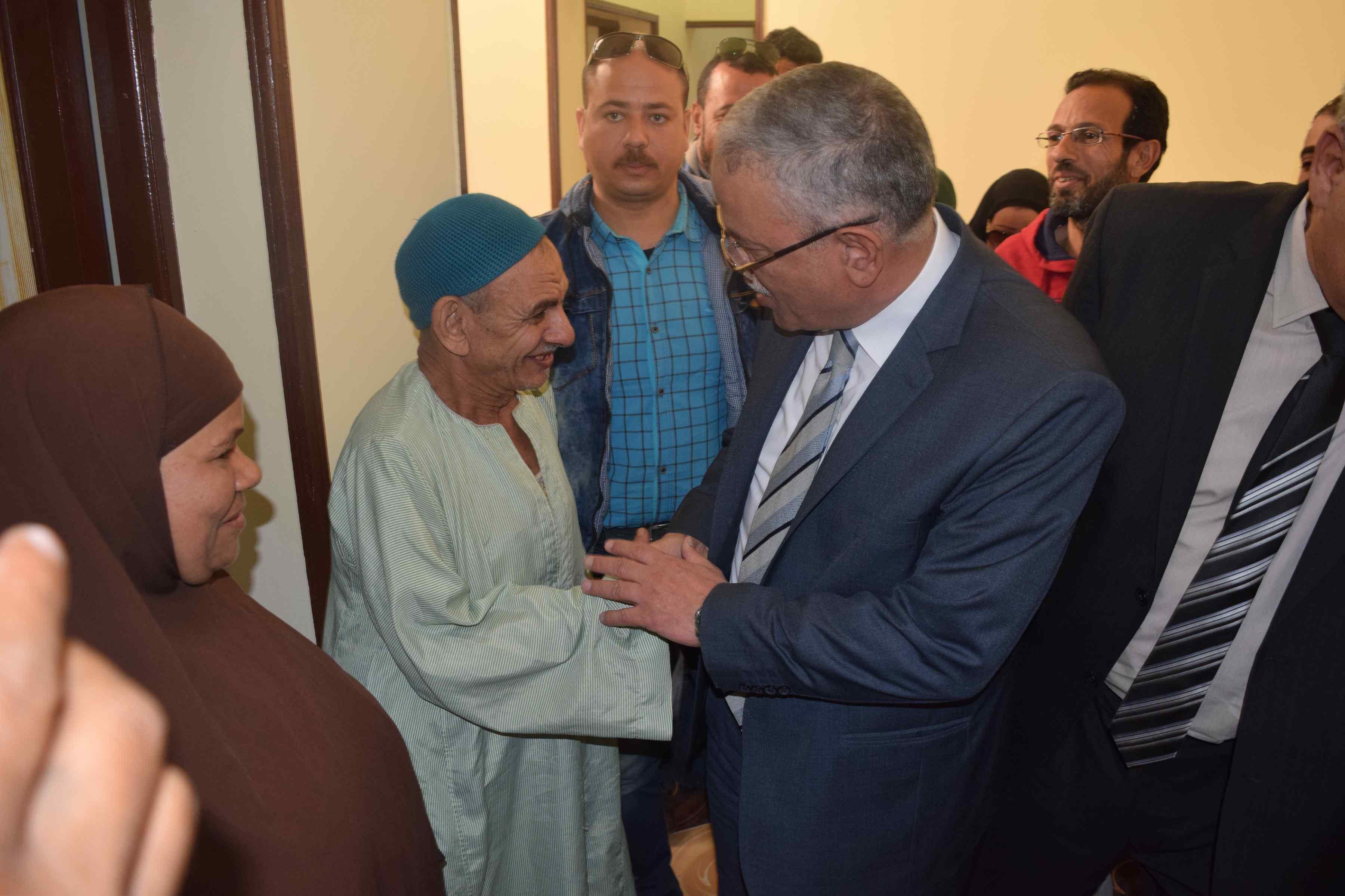 محافظ المنيا يسلم منازل للأولى بالرعاية (2)
