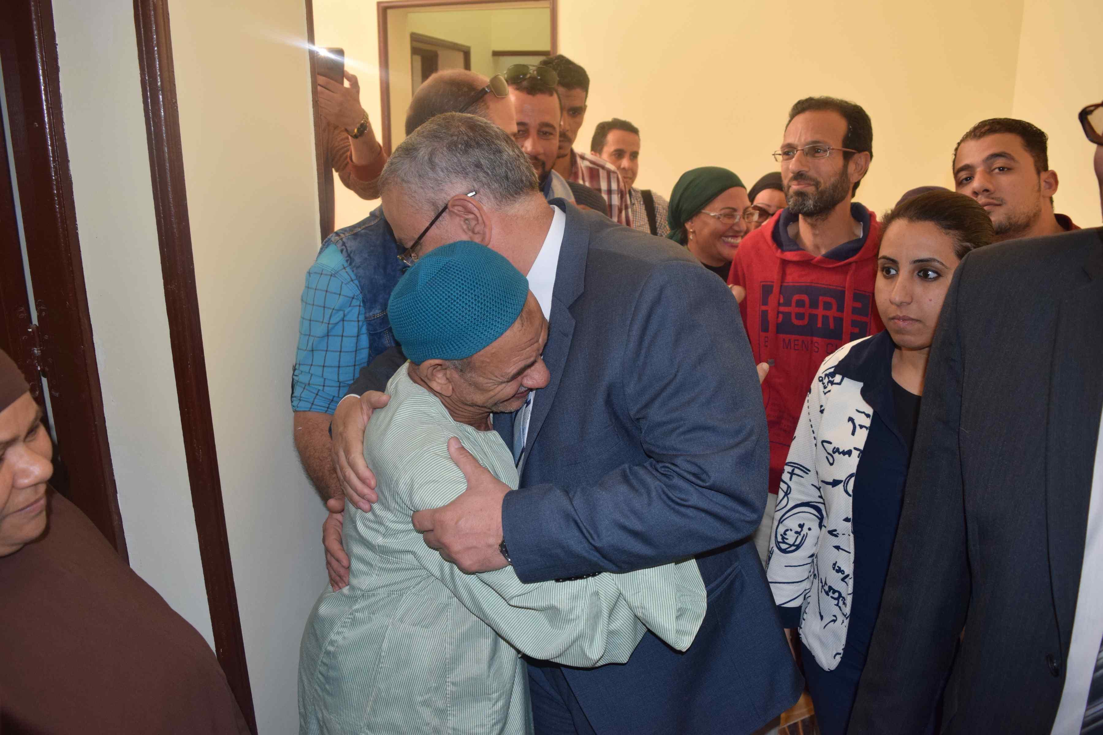 محافظ المنيا يسلم منازل للأولى بالرعاية (3)