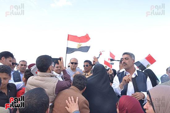 محافظ مطروح وسط الأهالى خلال احتفالهم بفوز السيسي.