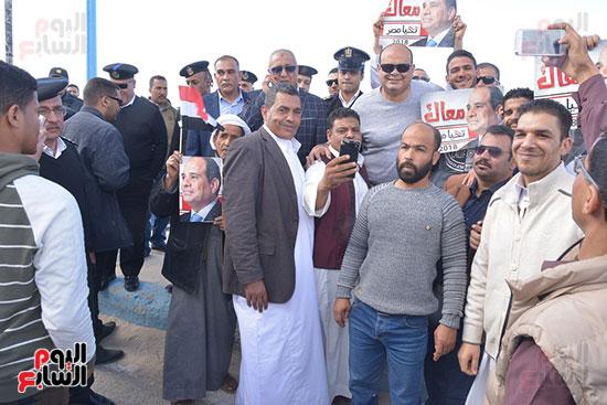 محافظ ومدير أمن مطروح وسط أهالى مطروح خلال الاحتفالات.