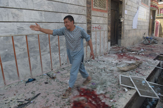 نوافذ محطمة على الأرض إثر تفجير فى أفغانستان