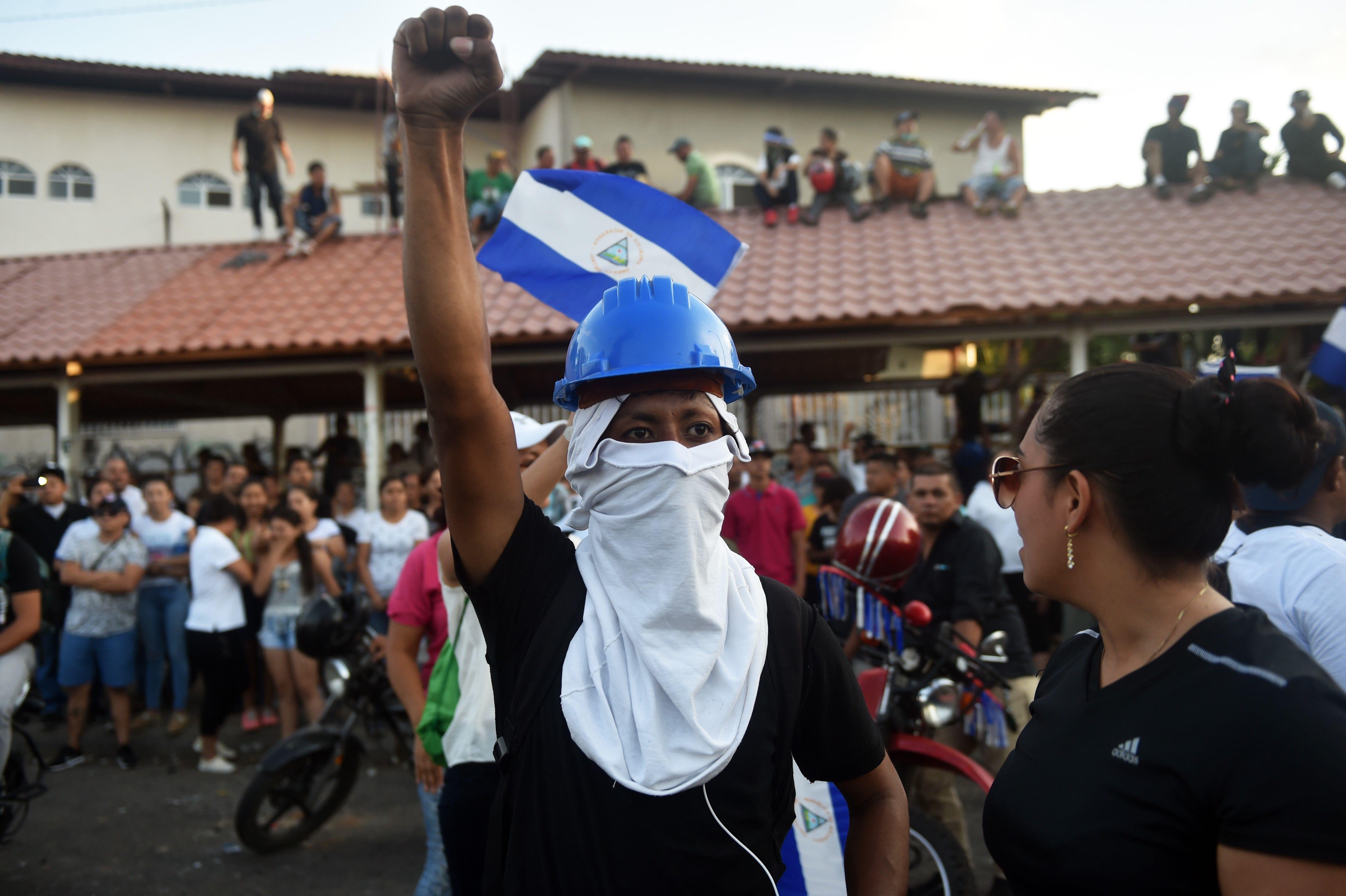 أحد المتظاهرين يحمل الحجارة