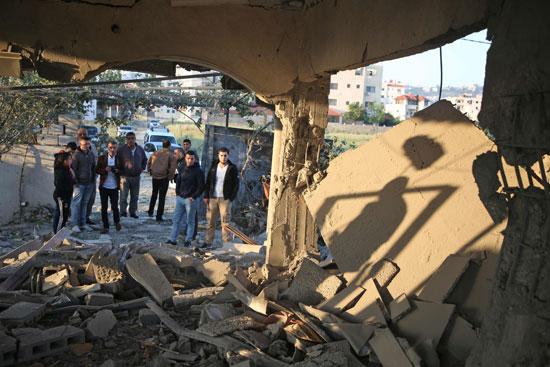 شبان فلسطينيين أمام المنزل
