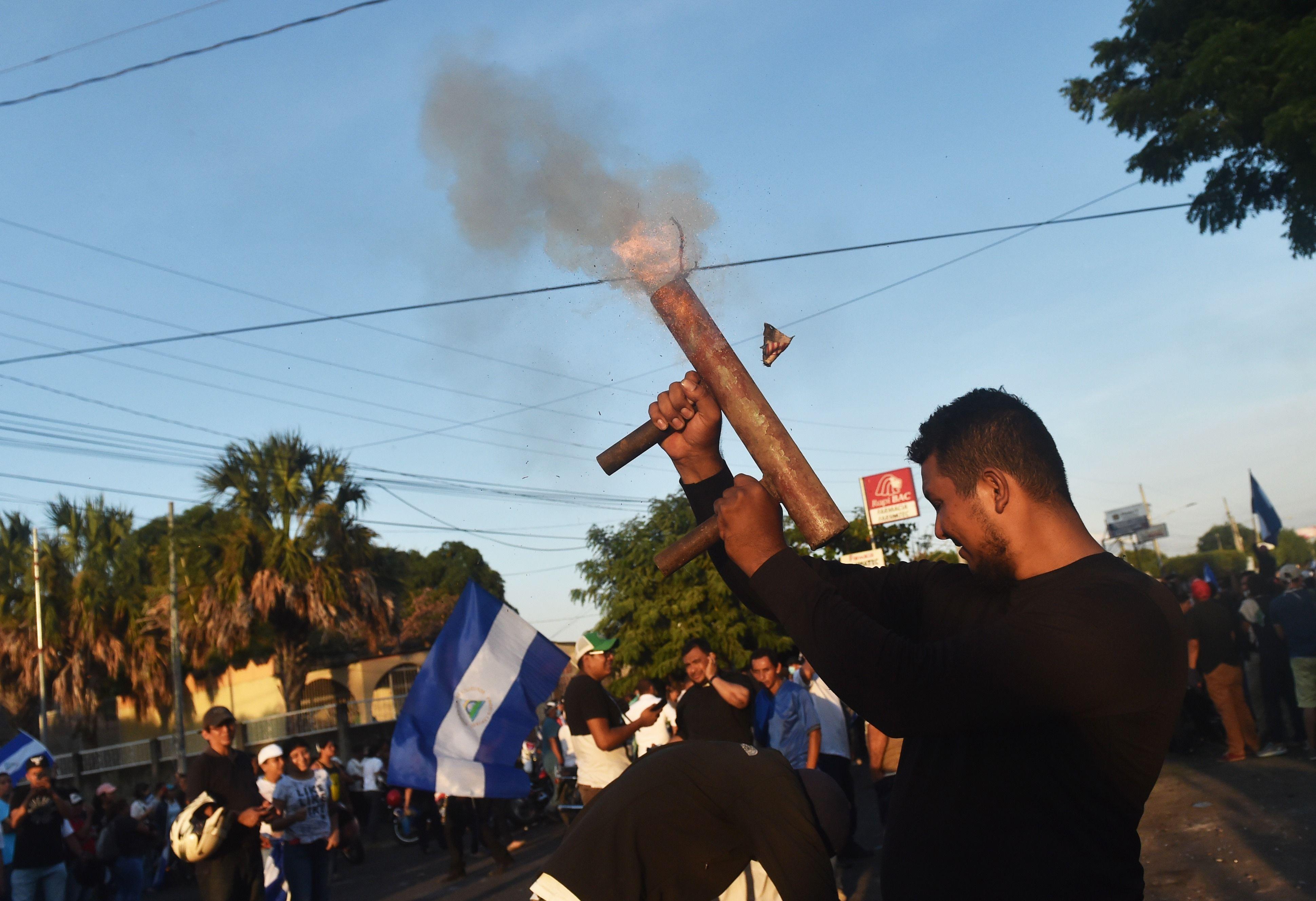 أسلحة مصنعة محليا خلال المظاهرات