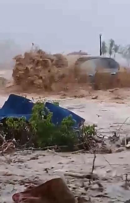 السيول تضرب العين السخنة.. ومحافظة السويس تدفع بسيارات كسح المياه