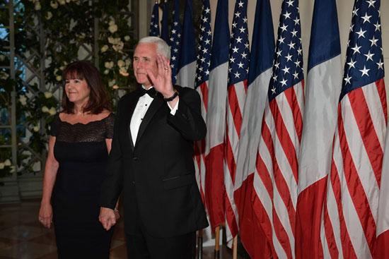 مايك بنس وزوجته