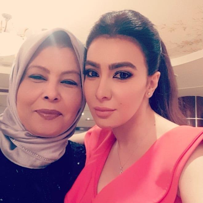 ميرهان حسين برفقة والدتها