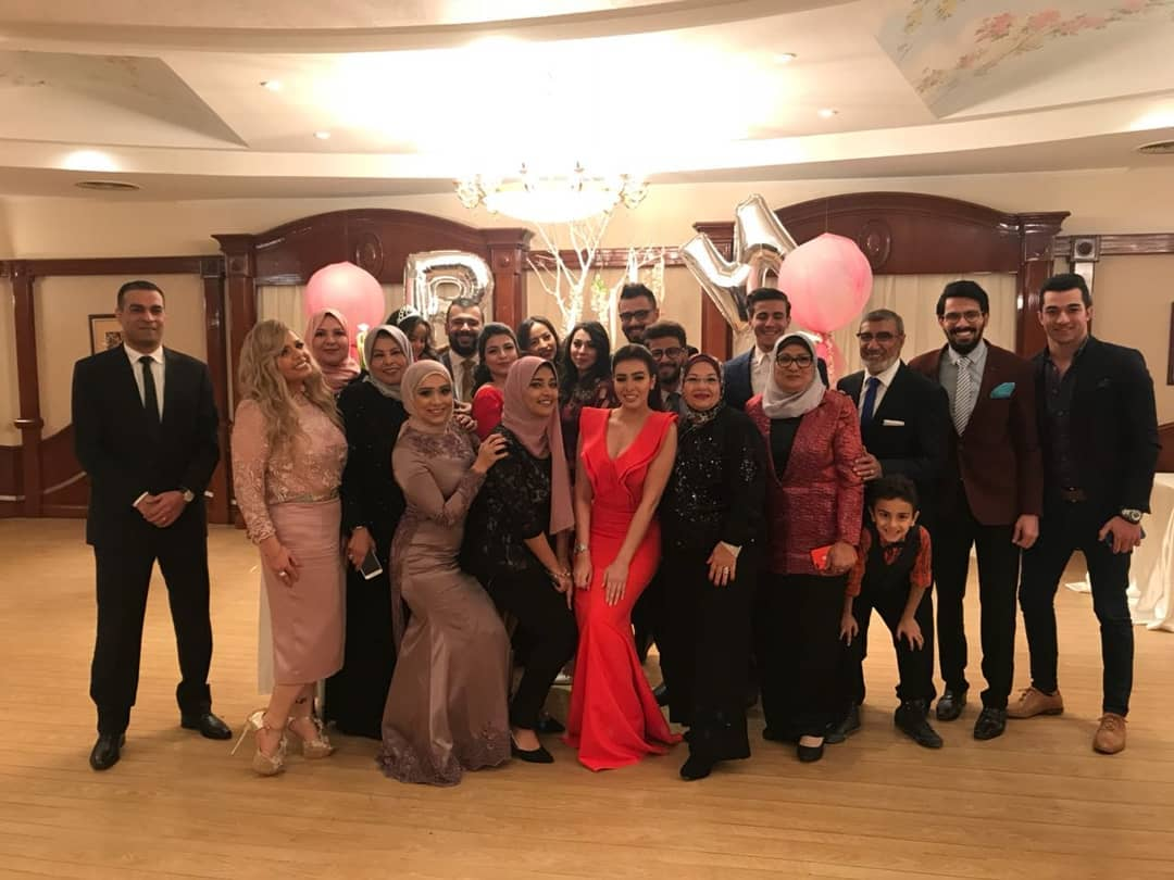 صورة جماعية لحفل الخطوبة
