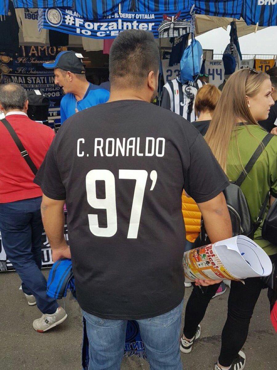 احد مشجعى انتر ميلان يرتدى قميص للسخرية من اليوفى