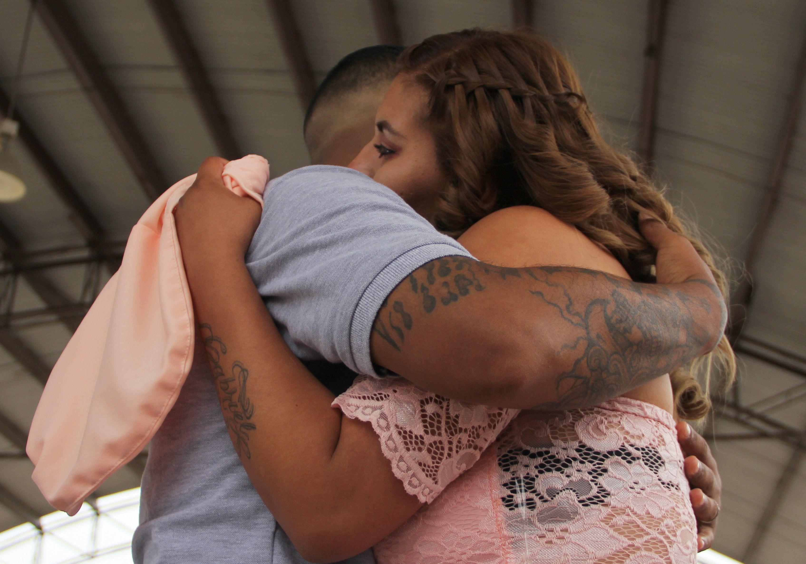 رجل يحضن زوجته فى خلف القضبان