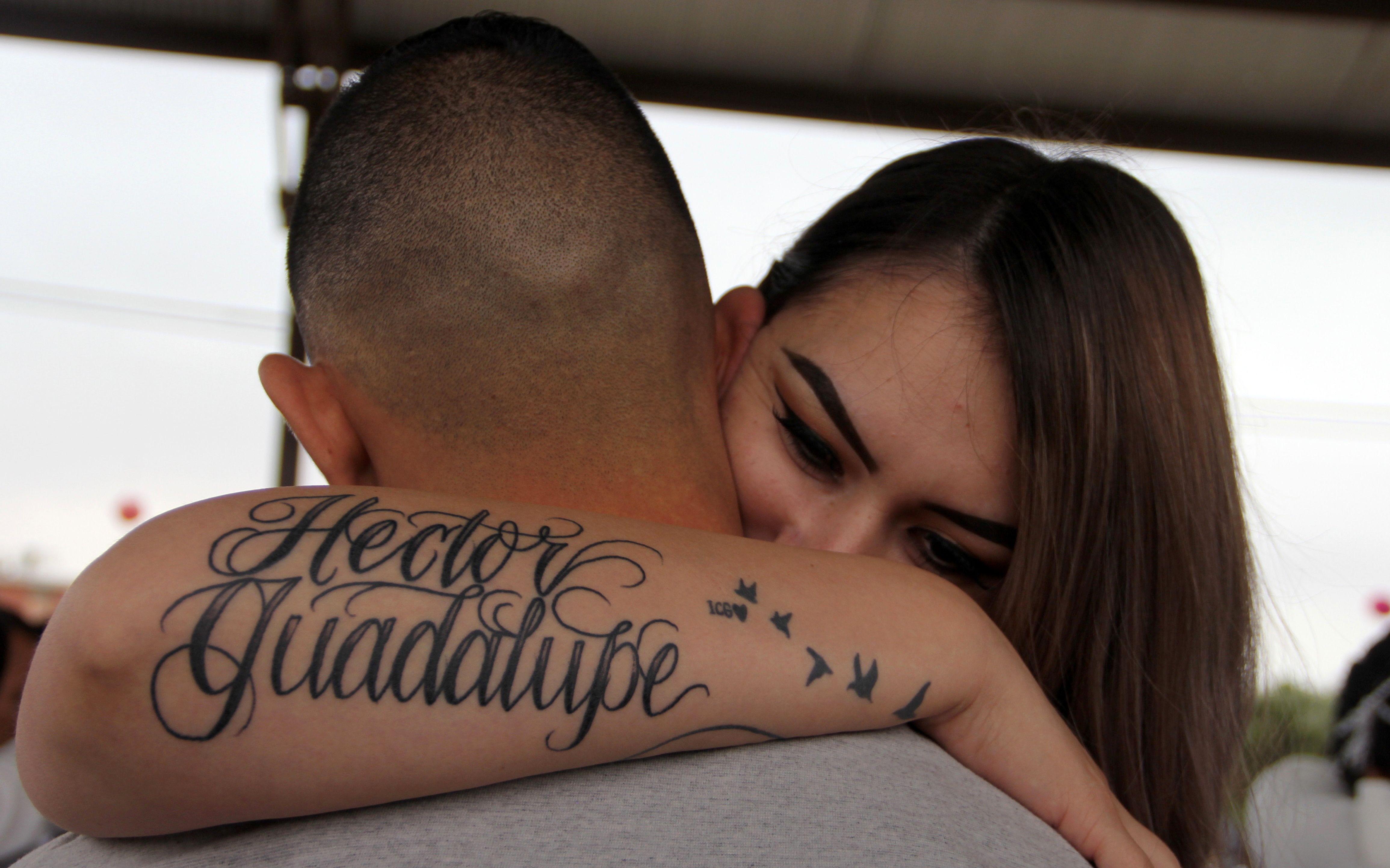 فتاة فى حضن زوجها