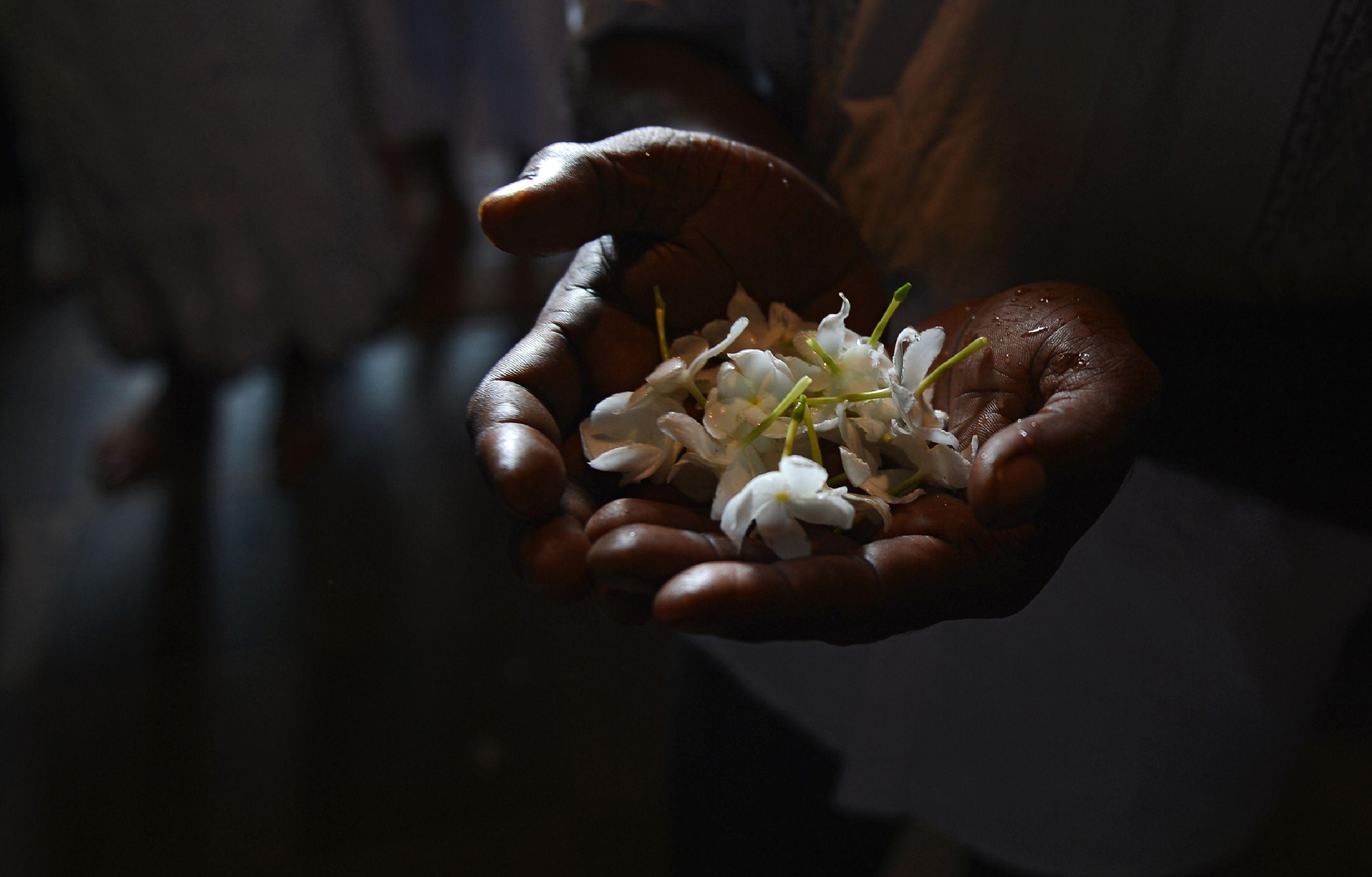 """سيدة تحمل الزهور خلال احتفالات مهرجان """"فيساك"""""""