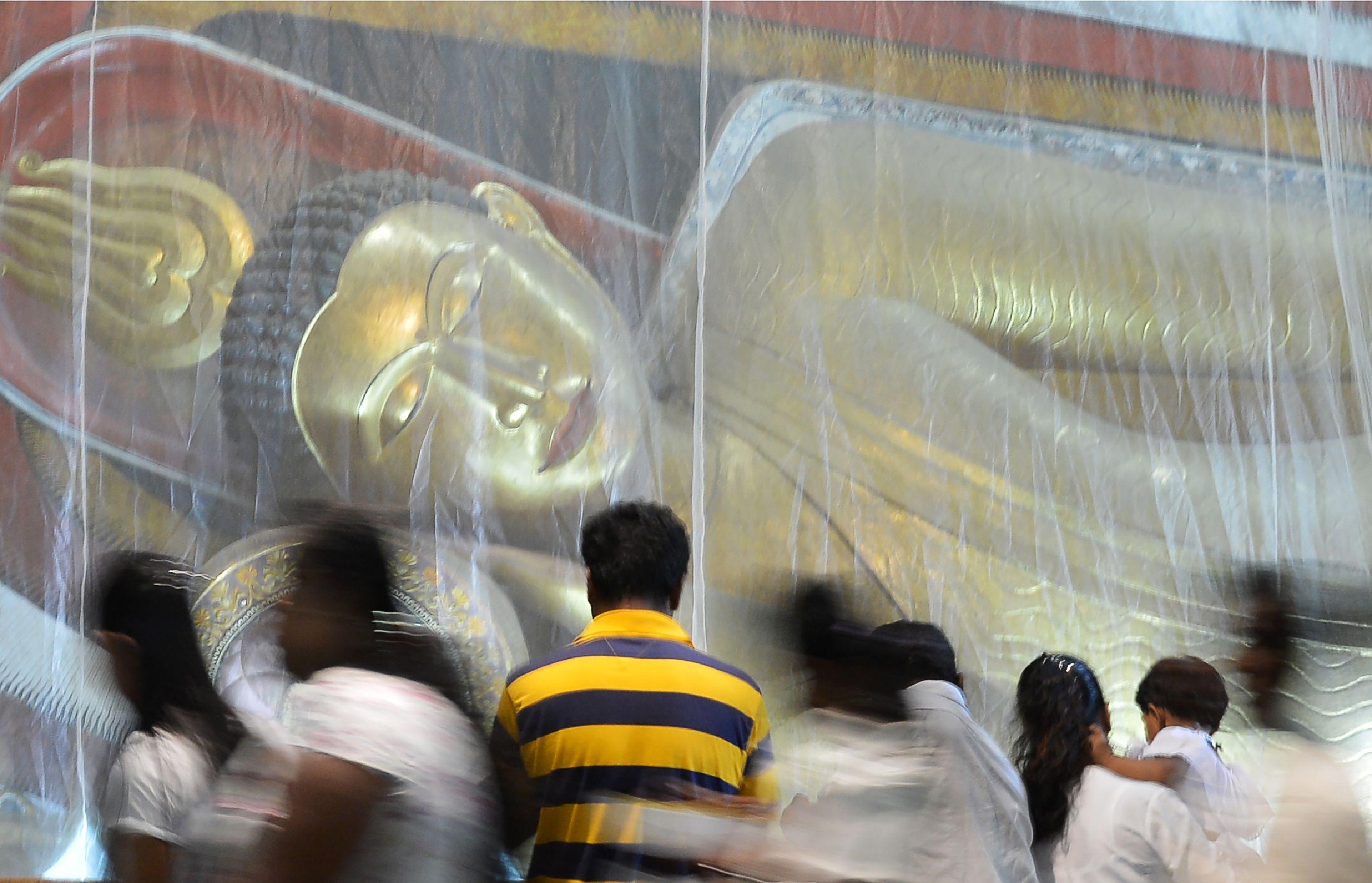 صلوات داخل معبد بوذى فى سريلانكا