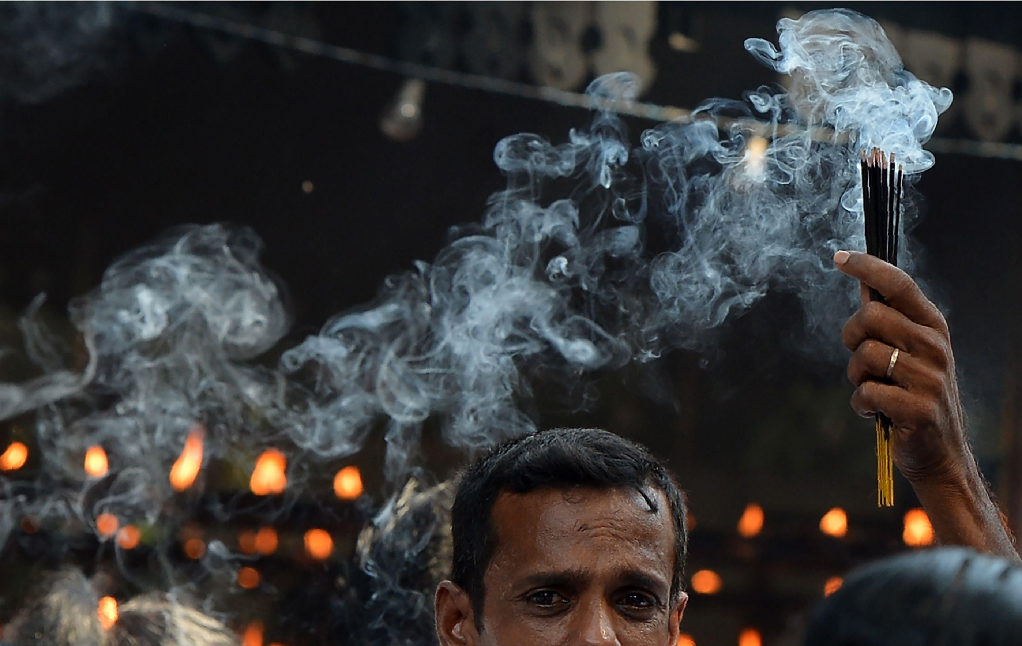 رجل يشعل البخور داخل معبد بوذى فى سريلانكا