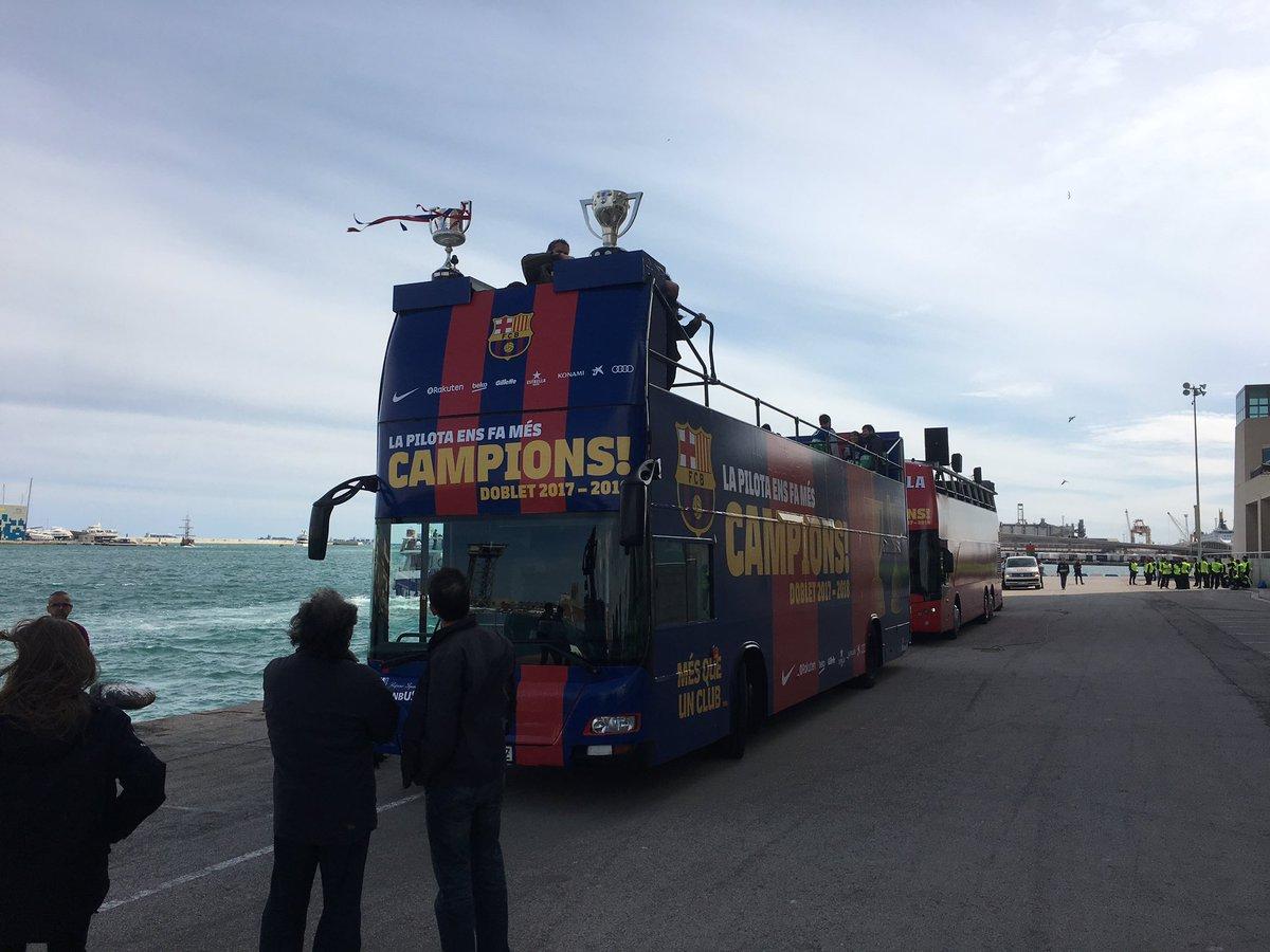 حافلة برشلونة المكشوفة تستعد للإحتفال بنثائية الدورى والكأس
