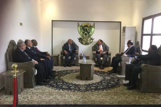 صور وصول الوفد المصرى المشارك فى مفاوضات سد النهضة إلى الخرطوم (7)