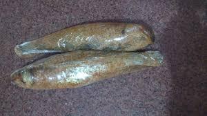 سمك البورى بعد لفة بعدة أكياس وغلق الكيس جيداً