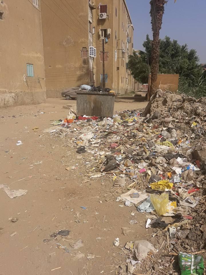 القمامة تحاص مبنى التأمين الصحى بسوهاج
